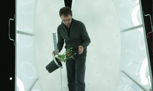 Bruno Moulia orientant une plante